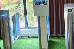 camera đo thân nhiệt tích hợp màn hình quảng cáo